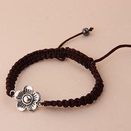 Pulseira de cordão marrom com flor de metal