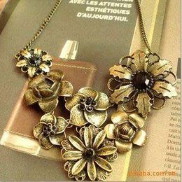 Bib colar-vintage dourado com design de flores e pedras