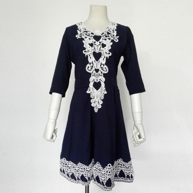 Vestido azul marinho com renda branca