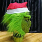 Máscara do Grinch com gorro de Papai Noel.