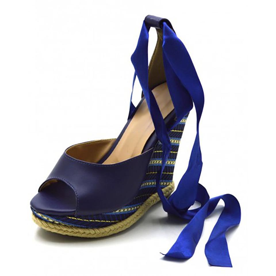 44b6d3bc8 Sandália Anabela com tiras paralelas em napa azul marinho e salto color