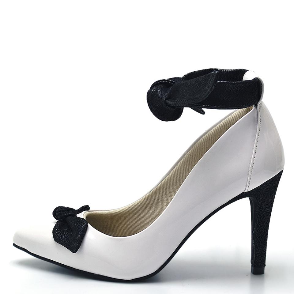 0c7aff0d3 Sapato social scarpin feminino Branco detalhe laço preto salto fino ...