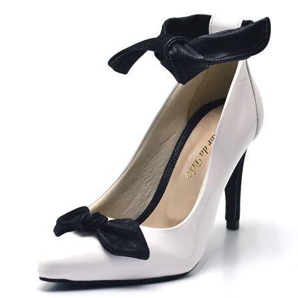 b60f664e77 Sapato social scarpin feminino Branco detalhe laço preto salto fino ...