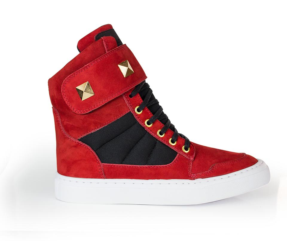 35de13442e6 Tenis cano alto feminino vermelho e preto detalhe dourado cheia de marra ...