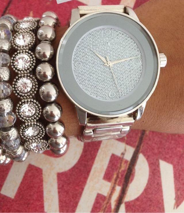 2f774e5faac Relógio Michael Kors Prata com fundo cravejado + kit de pulseiras ...