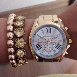 322d1c3a8f0 Relógio Michael kors dourado com fundo branco com strasss + kit de pulseiras