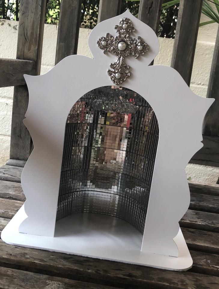 Capela com lustre e lâmpada