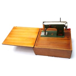 Maquina de Costura Bambi BRINASA Brinquedos Meados do Séc.XX 47d098afccbc8