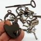 Lote com Pequenas Chaves Antigas e Cadeado Funcionando