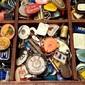 Coleção com 300 Chaveiros Antigos Acondicionados em Bandeja de Madeira