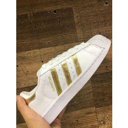 cceb71660 Tenis Adidas Superstar Branco e Dourado