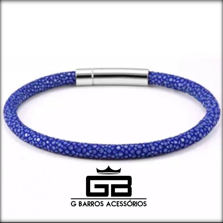 Pulseira azul feita com pele de arraia e fecho em aço inox (envie a medida do seu pulso após a compra)